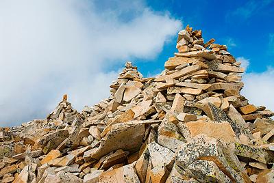 връх Безбог и каменните плочи отгоре му