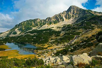 едно от Рибните езера и връх Сиврия